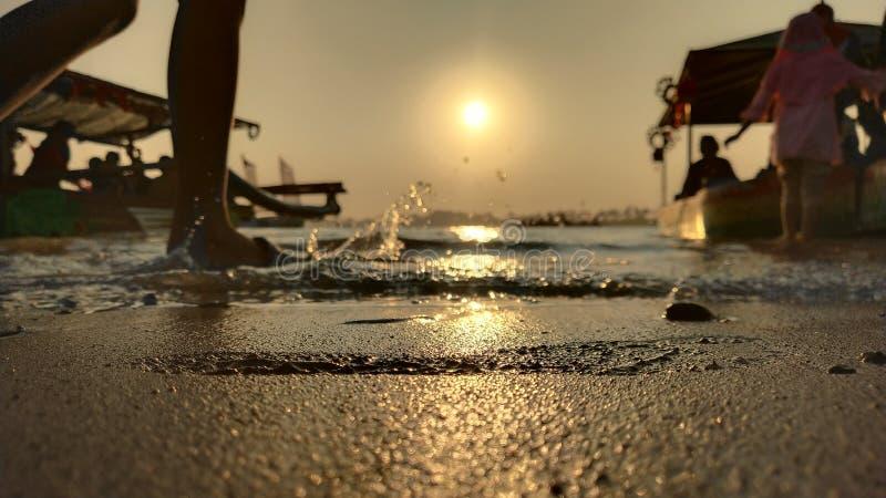 l'atmosfera crepuscolare sulla laguna sulla spiaggia al tramonto è così bella con i colori dorati fotografia stock libera da diritti