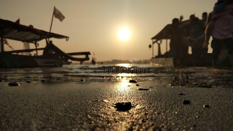 l'atmosfera crepuscolare sulla laguna sulla spiaggia al tramonto è così bella con i colori dorati immagini stock libere da diritti