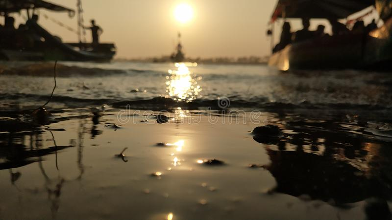 l'atmosfera crepuscolare sulla laguna sulla spiaggia al tramonto è così bella con i colori dorati immagine stock libera da diritti