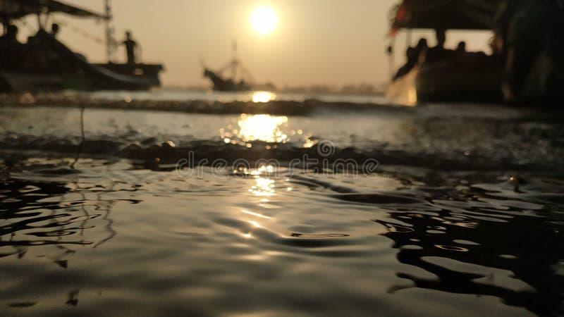 l'atmosfera crepuscolare sulla laguna sulla spiaggia al tramonto è così bella con i colori dorati fotografia stock