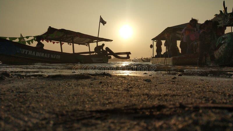 l'atmosfera crepuscolare sulla laguna sulla spiaggia al tramonto è così bella con i colori dorati fotografie stock