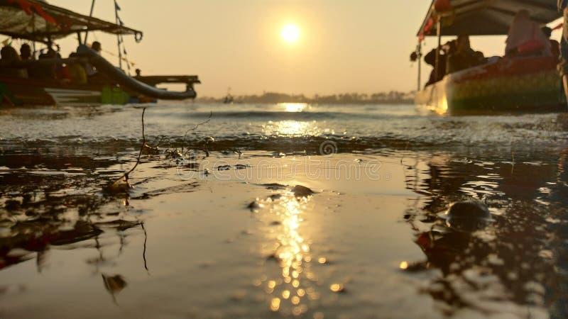l'atmosfera crepuscolare sulla laguna sulla spiaggia al tramonto è così bella con i colori dorati immagine stock
