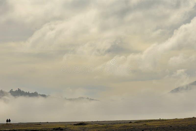 L'atmosfera delle montagne di Bromo di mattina, che ? fredda e nebbiosa fotografia stock libera da diritti