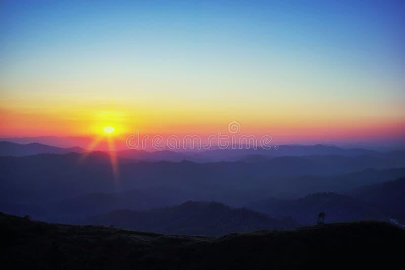 L'atmosph?re avant le coucher du soleil brumeux La vue de la colline Nein Chang Suk d'?l?phant de bataille est a dans Pilok aux J images stock