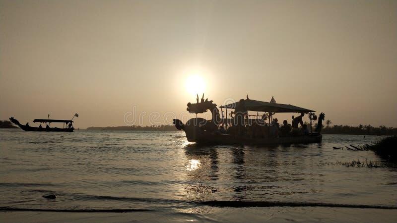 l'atmosphère crépusculaire sur la lagune presse de la plage au coucher du soleil est si belle avec des couleurs d'or images stock