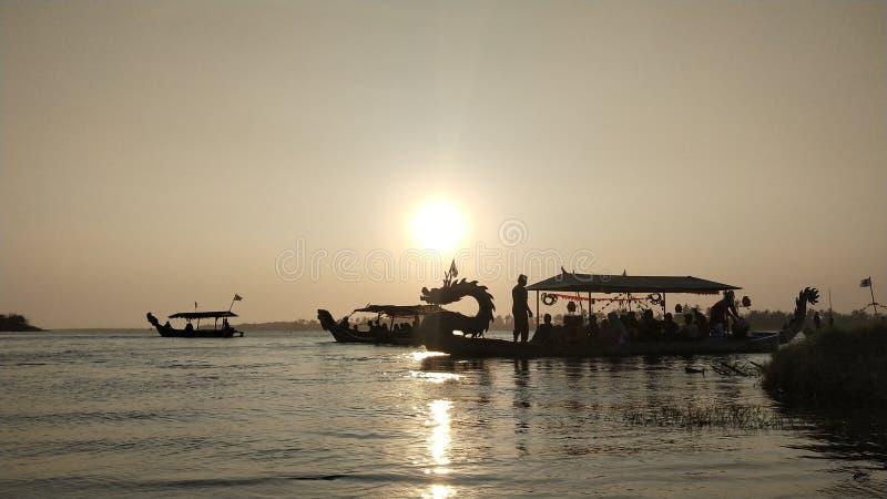 l'atmosphère crépusculaire sur la lagune presse de la plage au coucher du soleil est si belle avec des couleurs d'or photographie stock libre de droits