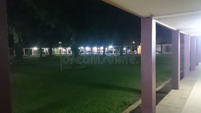 l'atmosphère de la nuit dans la cour de la mosquée photo libre de droits