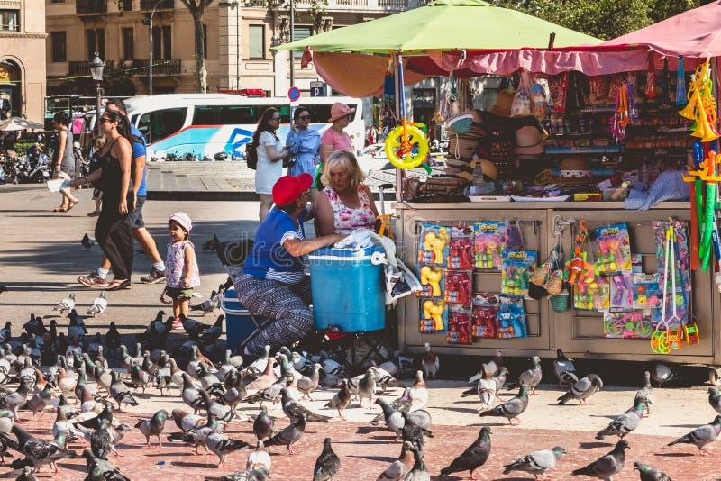L'atmosphère de rue sur la plaza célèbre Catalunya à Barcelone photos stock