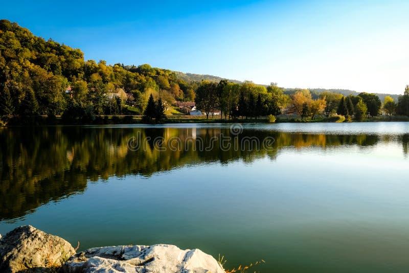 L'atmosphère idyllique par le lac dans la soirée de Th photographie stock