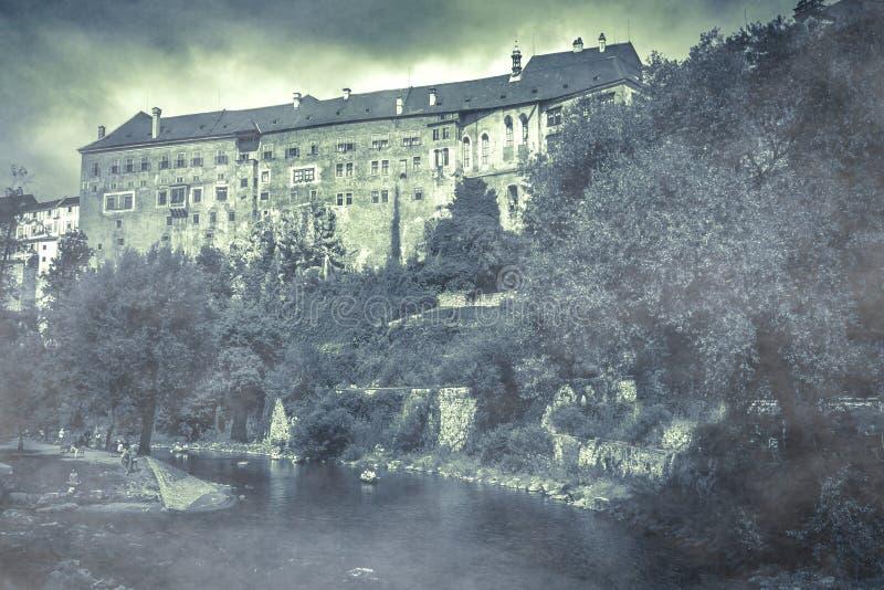 L'atmosphère surréaliste au château de Cesky Krumlov avec le brouillard le jour automnal photographie stock