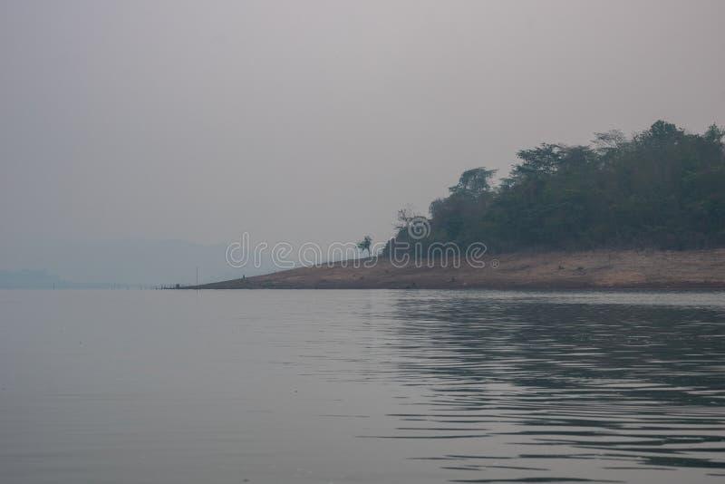 L'atmosph?re de d?tente sur les endroits naturels d'un bateau en bois en Tha?lande photo libre de droits
