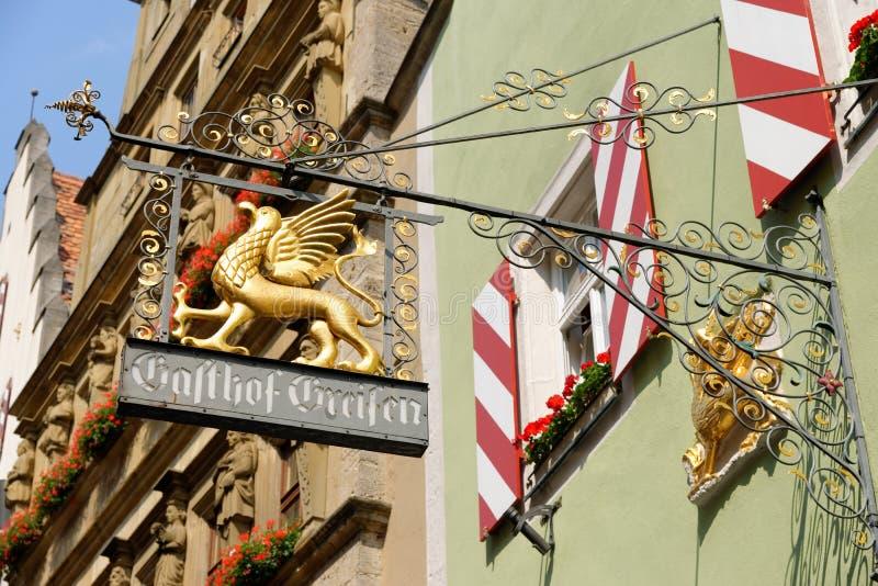 L'attaccatura del ferro battuto firma dentro il der Tauber, Germania del ob di Rothenburg immagini stock