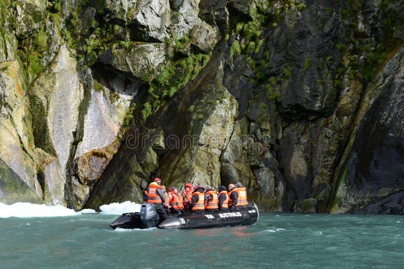 L'atterraggio dei turisti dalla nave da crociera al ghiacciaio Nena fotografia stock libera da diritti