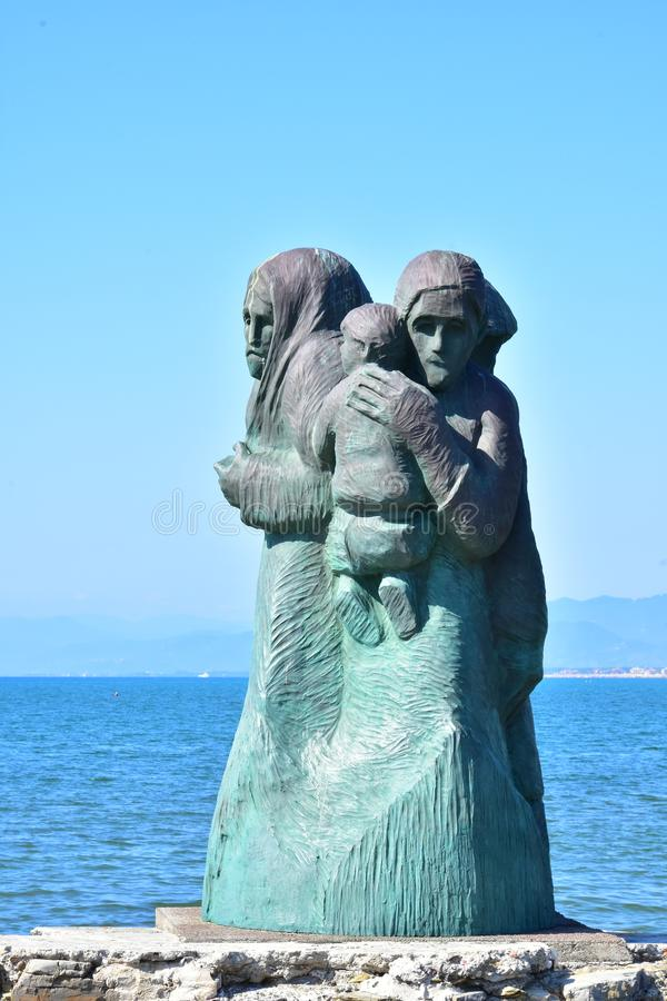 L`Attesa eller The Waiting Statue, Viareggio, Italien royaltyfria foton