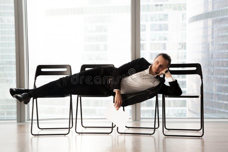 L'attesa lunga stanca del richiedente sua accende l'intervista immagini stock libere da diritti