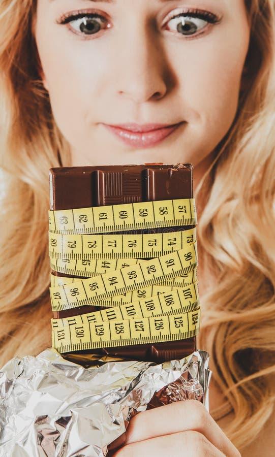 L'attimo di Chocolade perde il peso immagini stock