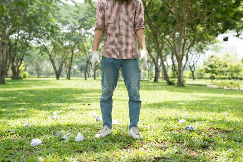 L'attivista ambientale ha potato l'immagine di un uomo che si accovaccia al wast fotografie stock libere da diritti