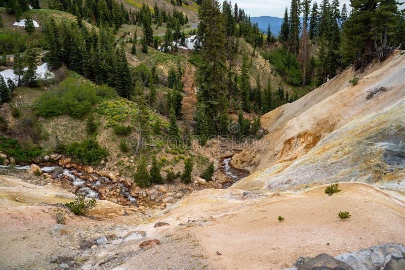 L'attività geotermica agli impianti dello zolfo trascura nel parco nazionale di Lassen nella California fotografie stock libere da diritti