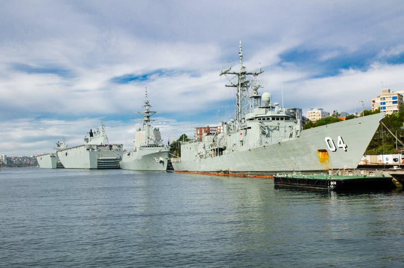 L'attracco della nave da guerra alle basi della flotta principale della marina australiana reale HA ESEGUITO le imprese e le faci immagini stock