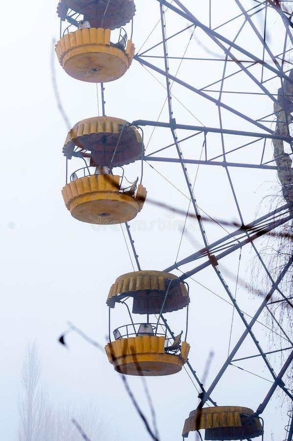 l'attraction de roue de ferris en hiver brumeux a abandonné le parc d'attractions dans Pripyt, Chernobyl image libre de droits