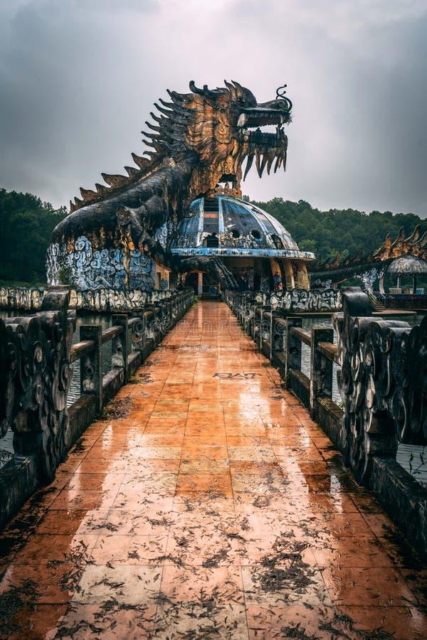 L'attrazione scura Ho Thuy Tien di turismo ha abbandonato il waterpark, vicino alla città di tonalità, il Vietnam centrale, Sud-e fotografie stock