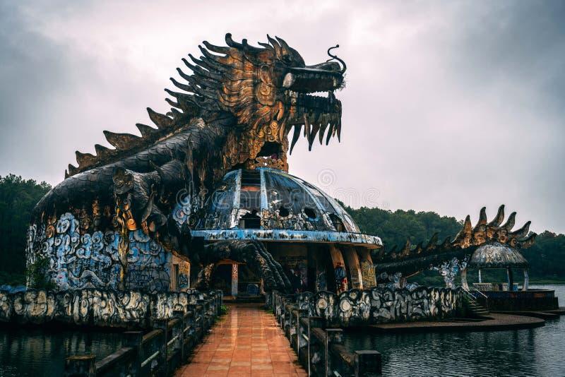 L'attrazione scura Ho Thuy Tien di turismo ha abbandonato il waterpark, vicino alla città di tonalità, il Vietnam centrale, Sud-e immagine stock