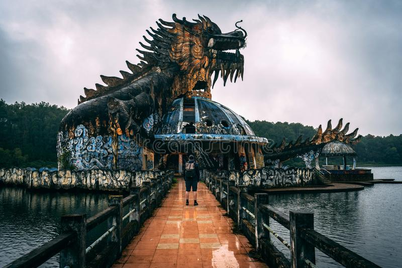 L'attrazione scura Ho Thuy Tien di turismo ha abbandonato il waterpark, vicino alla città di tonalità, il Vietnam centrale, Sud-e immagini stock