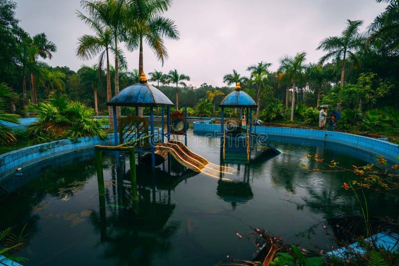 L'attrazione scura Ho Thuy Tien di turismo ha abbandonato il waterpark, vicino alla città di tonalità, il Vietnam centrale, Sud-e immagini stock libere da diritti