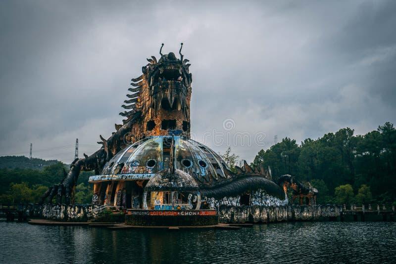 L'attrazione scura Ho Thuy Tien di turismo ha abbandonato il waterpark, vicino alla città di tonalità, il Vietnam centrale, Sud-e fotografie stock libere da diritti