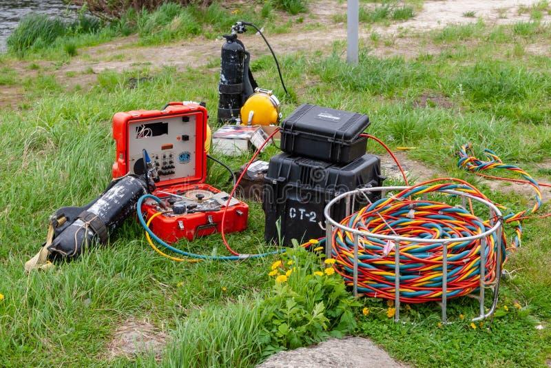 L'attrezzatura e l'attrezzatura per le operazioni di immersione subacquea si trovano sulla riva fotografia stock