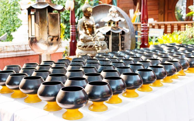 L'aumône noire du ` s de moine roule sur la table photographie stock