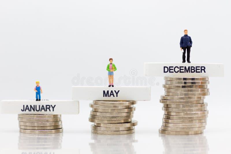 L'aumento nell'importo ogni mese Uso per il risparmio che deriva dal lavoro, uso di immagine di soldi in futuro immagine stock