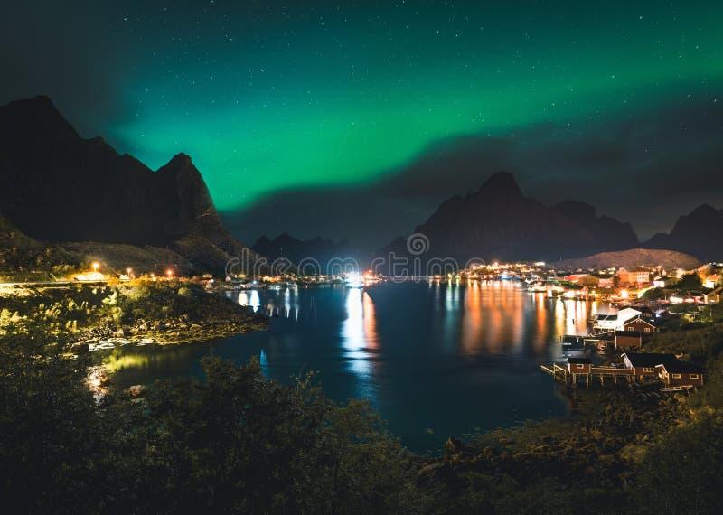 L'aurora boreale Aurora Boreals sopra il paesino di pescatori illuminato del reine lofoten le isole fotografia stock