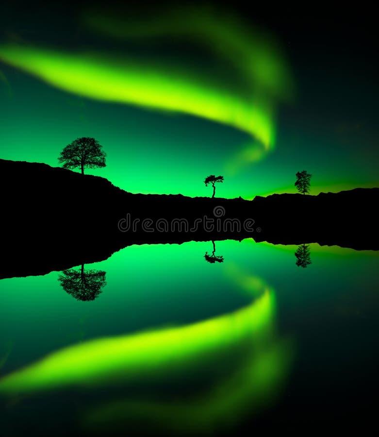 L'aurora boreale riflette sul lago immagini stock libere da diritti