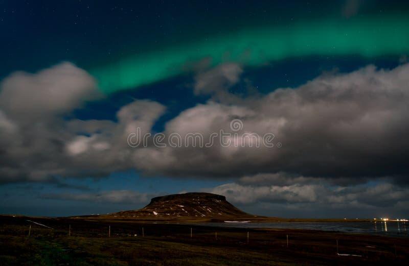 L'aurora borealis de lumières du nord apparaissent au-dessus du bâti Kirkjufell en Islande images stock