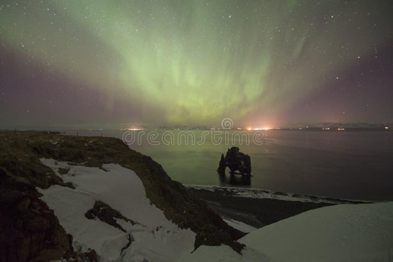 L'aurora borealis sopra la roccia di Hvitserkur è una roccia spettacolare nella t immagini stock