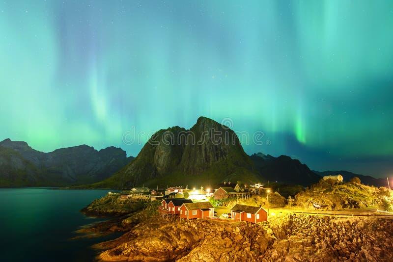 L'aurore au-dessus du village de Hamnoy, Lofoten, Norvège photos stock