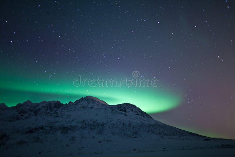 L'aurore Borealis au-dessus d'une montagne image libre de droits