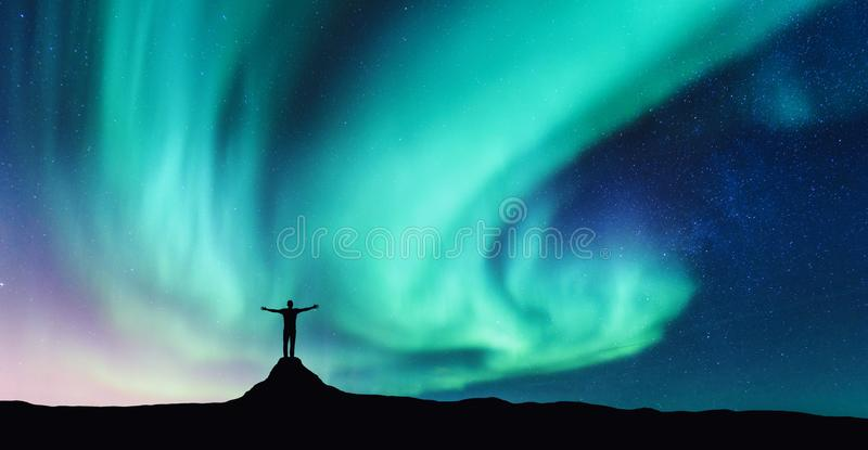 L'aurore et silhouette d'homme debout sur la pierre image stock