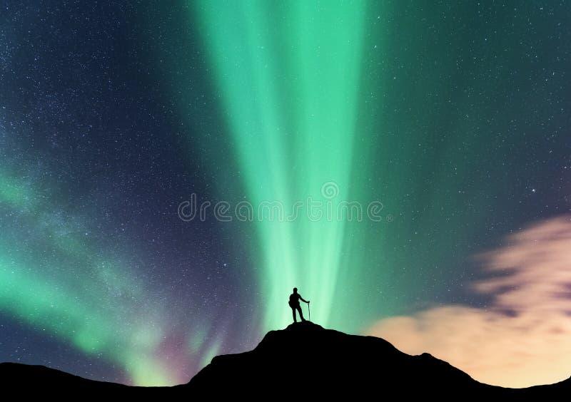 L'aurore et silhouette de femme debout la nuit images libres de droits