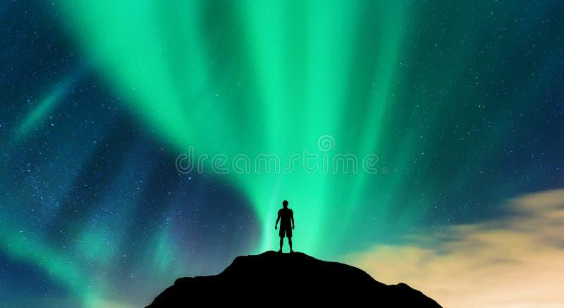 L'aurore et silhouette de seul homme debout sur la colline photos libres de droits