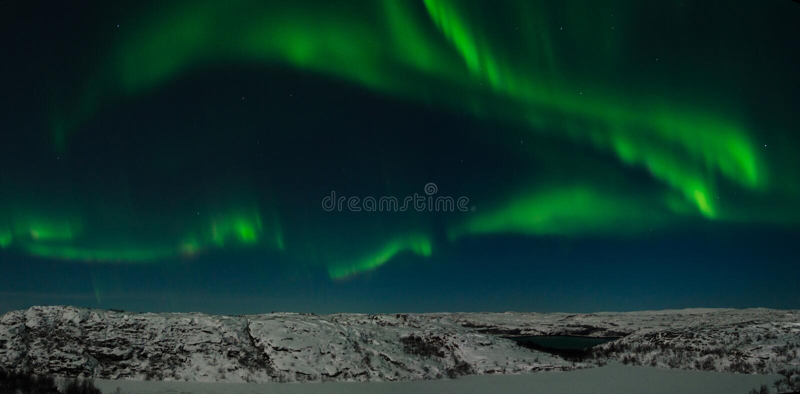 L'aurore, lumières du nord, nuit, toundra en hiver image stock