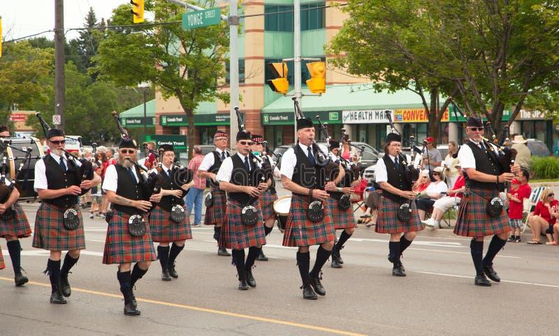 L'AURORE, ONTARIO, CANADA 1ER JUILLET : Irlandais dans leur kilt jouant leurs cornemuses pendant le défilé de jour de Canada photo stock