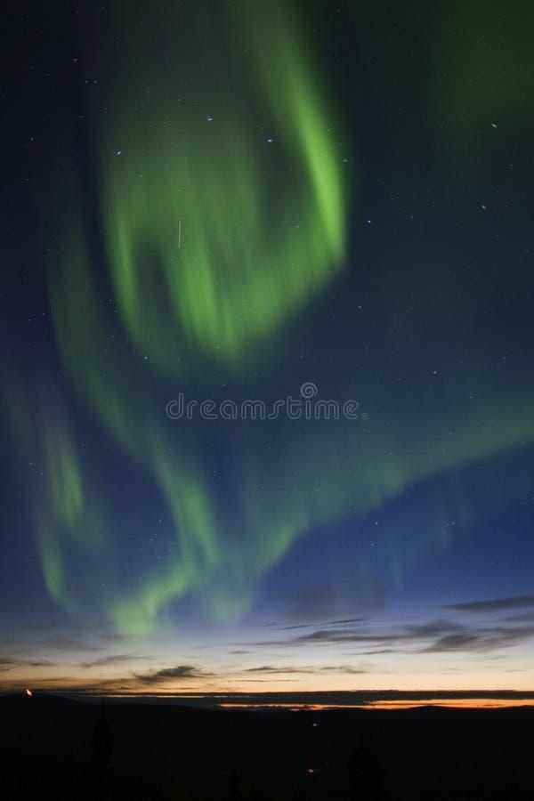 L'aurore tourbillonnant dans le ciel images stock