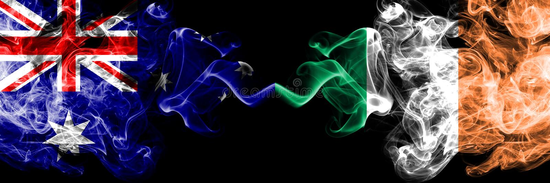 L'Australia contro l'Irlanda, bandiere mistiche fumose irlandesi disposte parallelamente Spesso colorato serico fuma la combinazi immagine stock libera da diritti