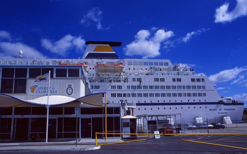 L'Australia; Il cruiseship ed il traghetto tasmaniani di spirito nella città di Hobart immagine stock