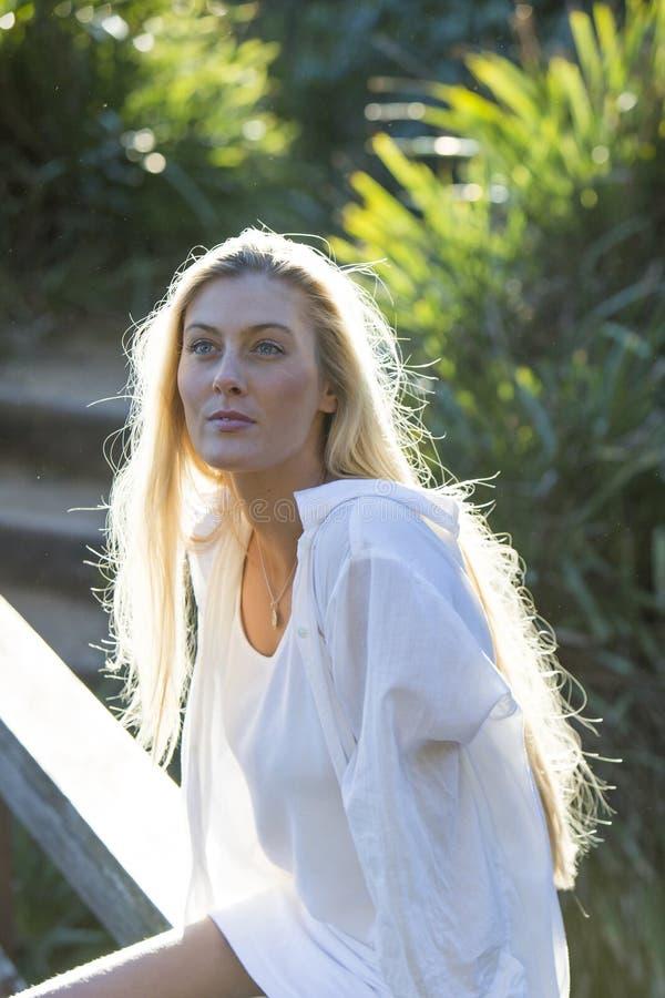L'australiano con capelli biondi lunghi cerca il cielo fotografia stock libera da diritti