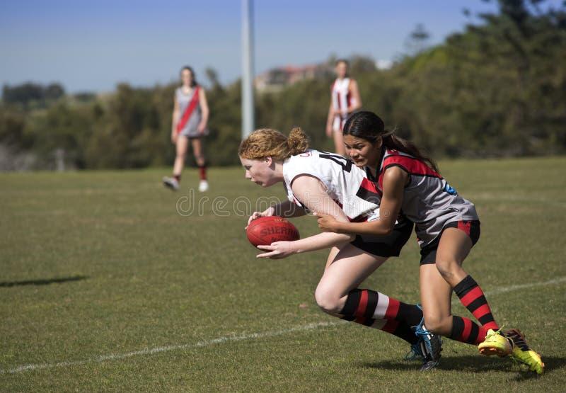 L'australiano del gioco delle giovani donne governa il calcio fotografia stock libera da diritti