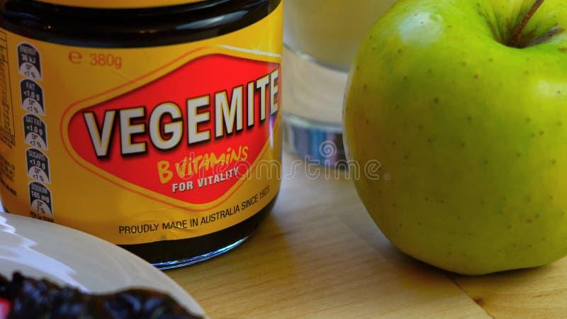 L'australiano Vegemite si è sparso in barattolo rosso e giallo iconico immagini stock