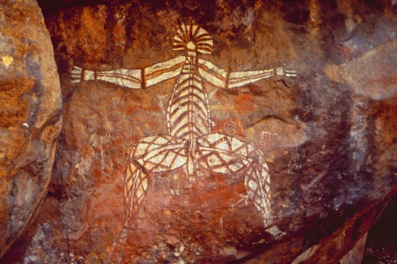 L'Australie : les aborigènes antiques lapident des peintures dans l'intérieur photos stock